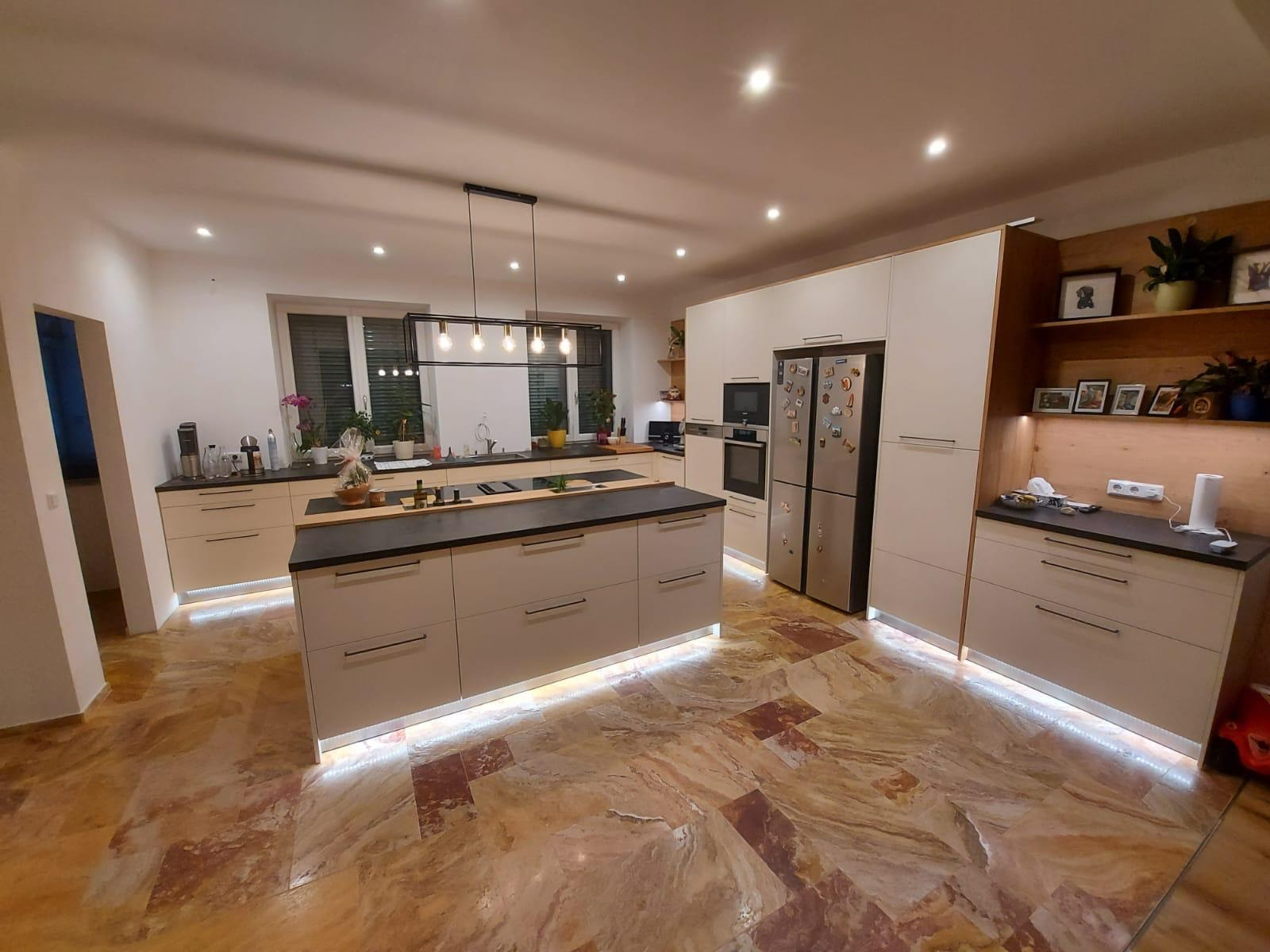 Küche mit Boden aus Natursteinfliesen