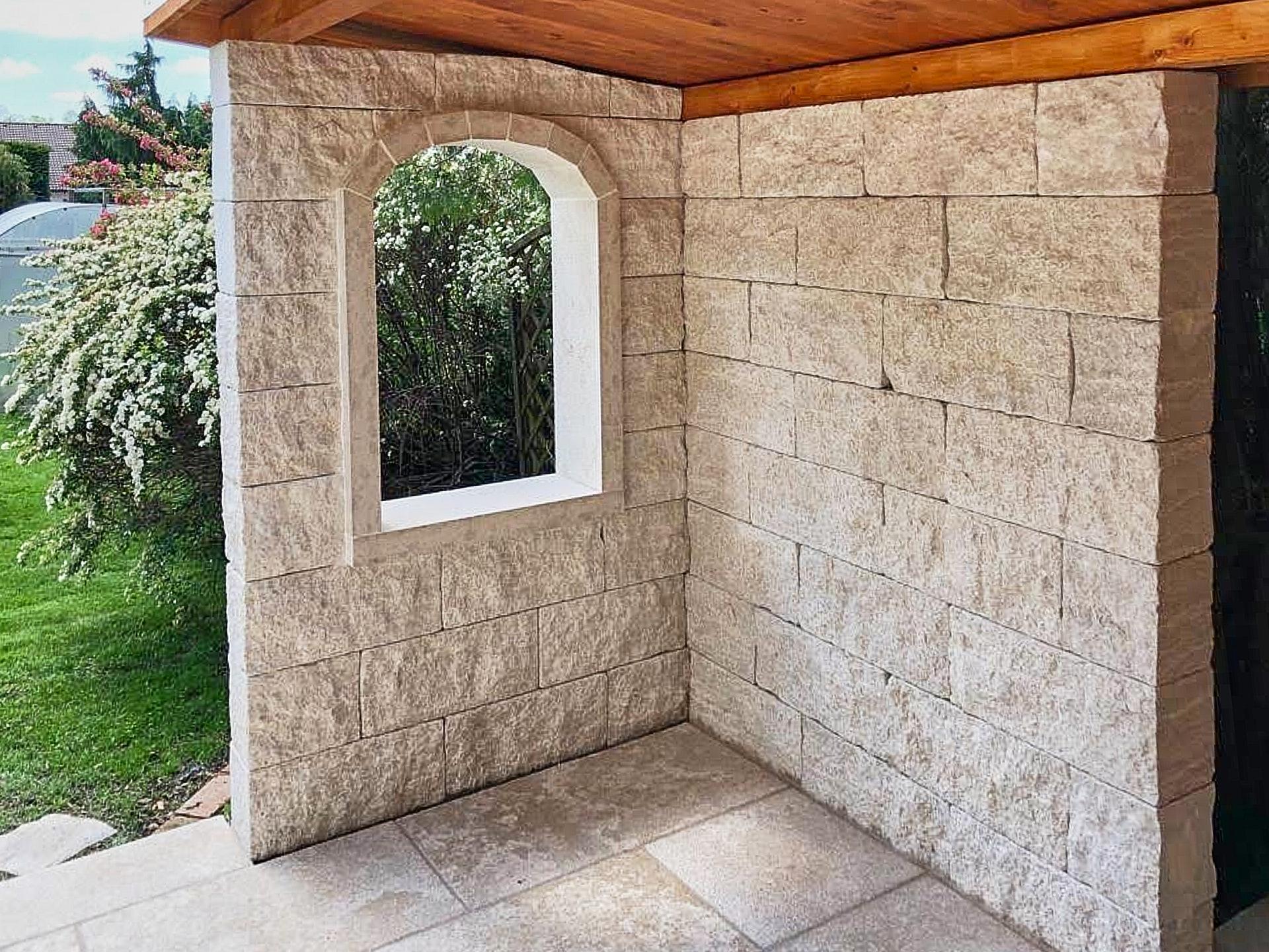 Natursteinmauer im Garten mit Fenster