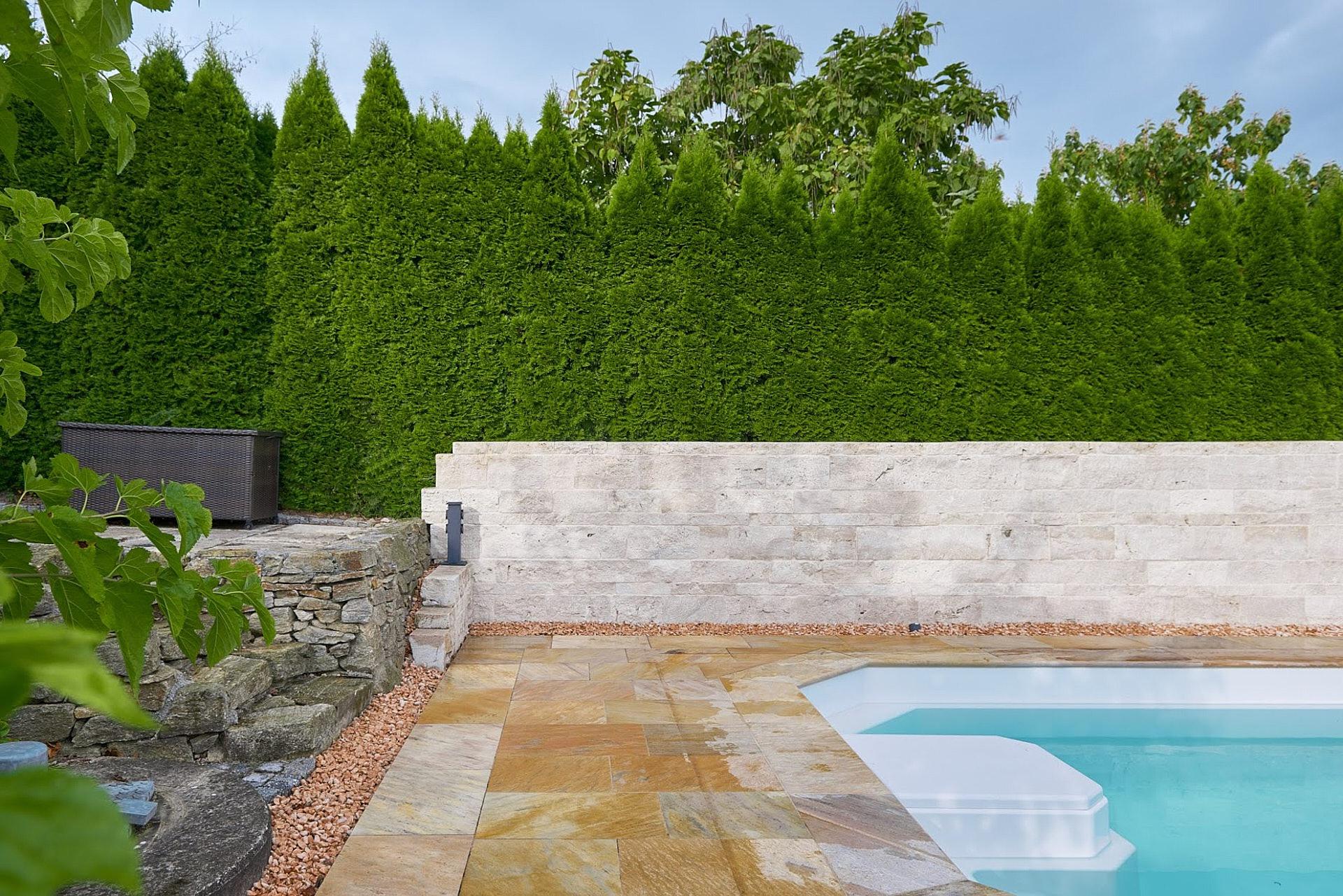 Natursteinmauer im Garten beim Pool