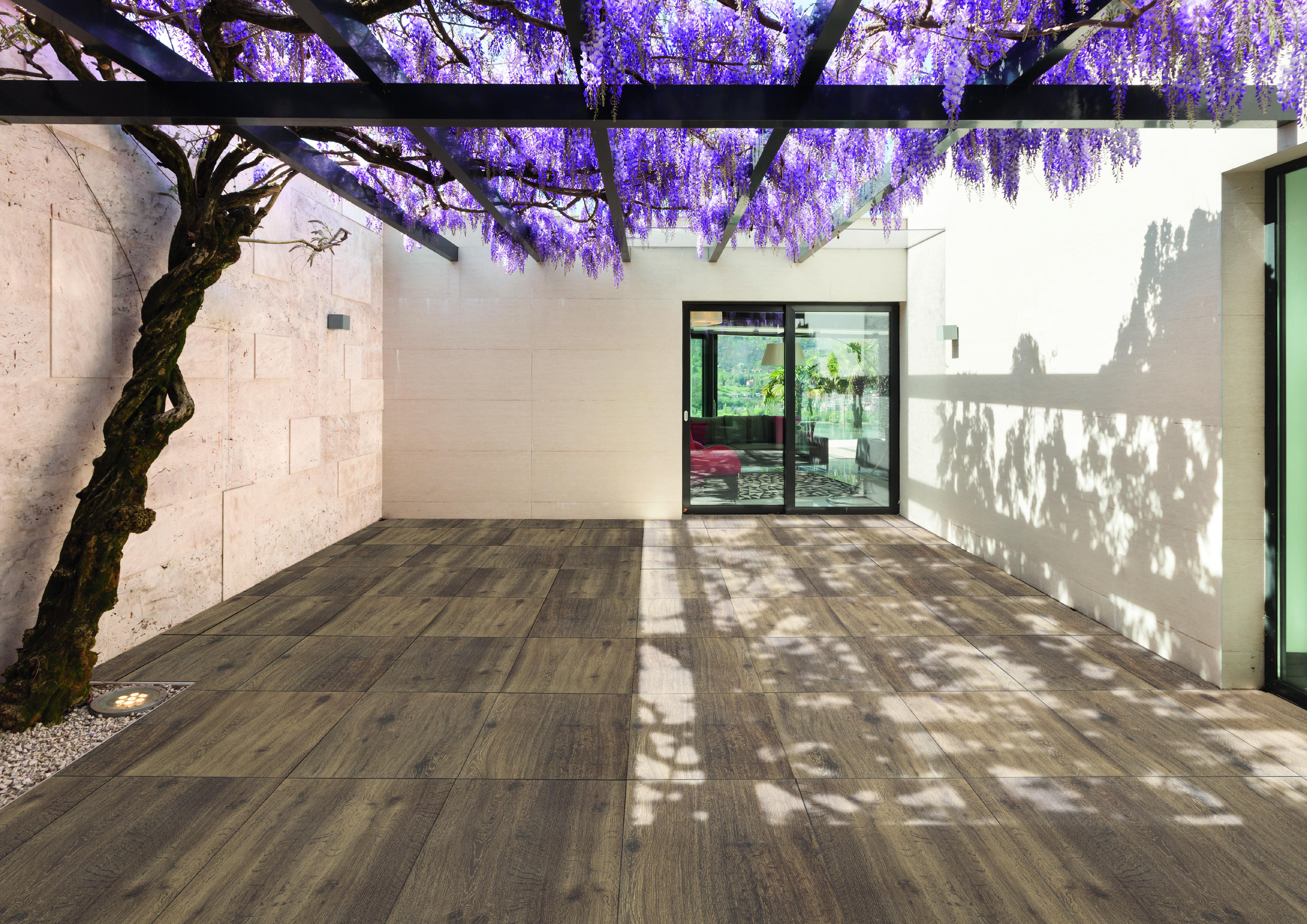 Terrasse mit Boden Fliesen aus Feinsteinzeug