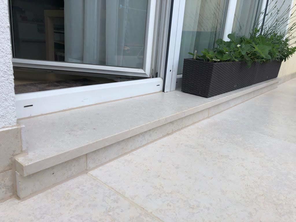 Wie aus einem Guss: Zugang zur Terrasse mit großformatigen Bodenplatten